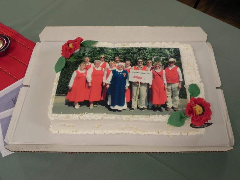 Kingitus koorile- tort kauaaegse koorivanema Viive Lillemäe pere poolt