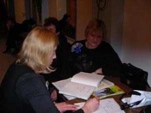Eve Kaaret ja koorivanem Viive Lillemäe pühendust kirjutamas