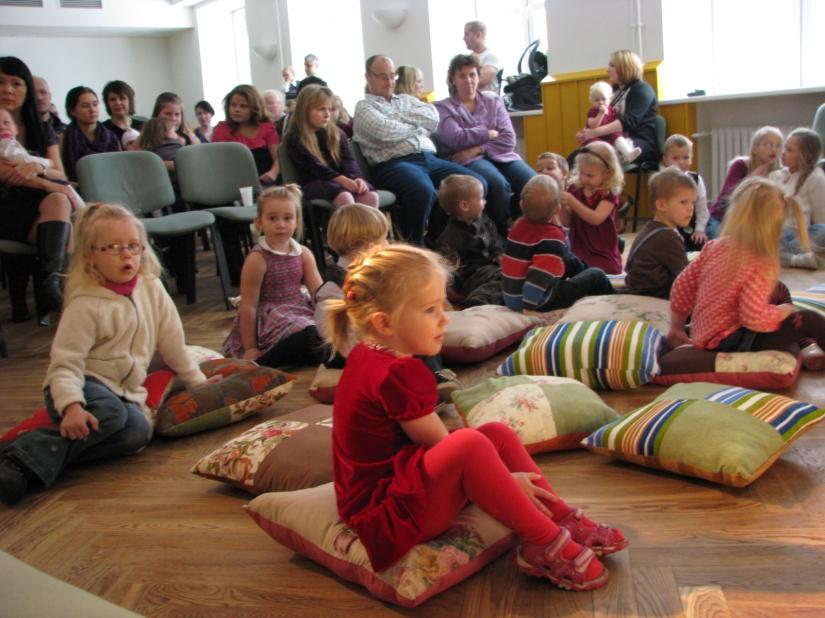 Julgemad lapsed võtsid koha sisse otse lava ees patjadel