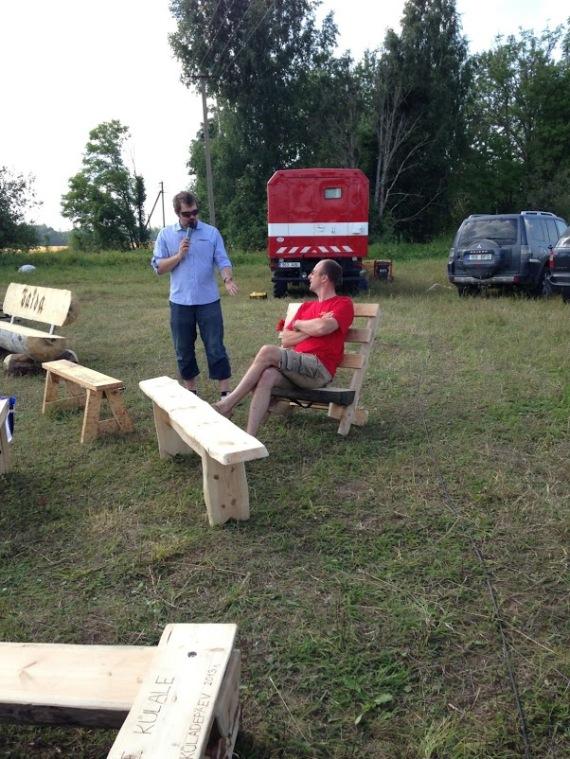 Lagedi pingil istumas