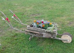 Teisaldatav lillekäru koos labida, ämbri ja tagavararattaga. Urvaste küla.