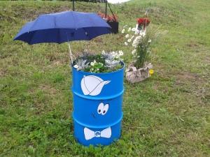 Väga kunstiline kikilipsu ja soniga lilletünn, kus ei ole unustatud ka päikesekaitset lilledele. Ülesoo küla.